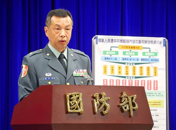 Ministry of National Defense spokesman Major General Chen Chung-chi confirms that six active and retired military personnel are under investigation as witnesses in connection with the investigation into New Party spokesman Wang Ping-chung at a routine news conference in Taipei yesterday. Photo: CNA