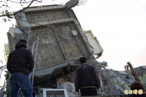 永康維冠金龍大樓樓高17樓,由4棟樓層組成,遭強震震倒。(記者楊金城攝)