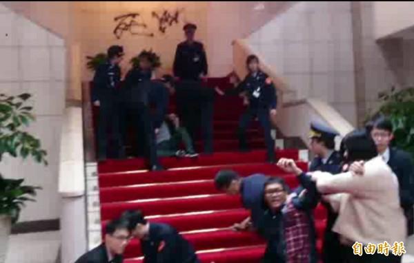 國民黨黨工自救會成員昨衝進行政院中央大樓裡,並在敞廳噴漆抗議,民進黨發言人張志豪表示,國民黨主席洪秀柱應該出來道歉。(記者李欣芳攝)