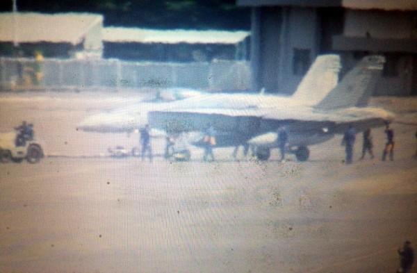 空軍台南基地人員將美軍F-18戰鬥機拖進停機棚。(記者王俊忠翻攝)