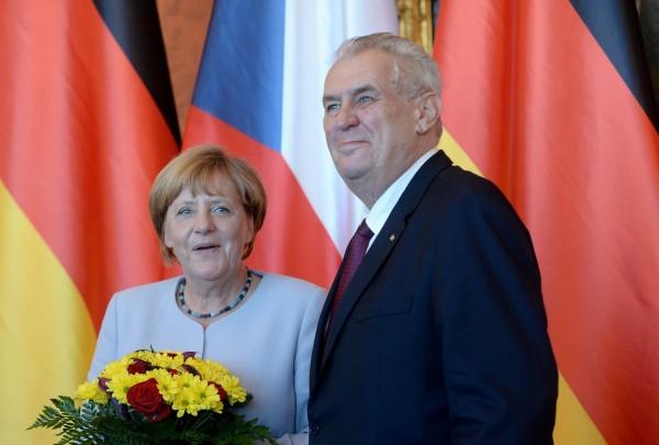 捷克總統齊曼(右)在會談中向梅克爾表示,不要將難民責任轉嫁他國。(法新社)