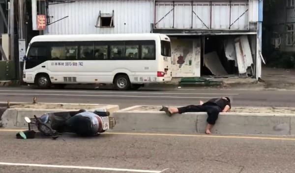 1名疑似酒駕的機車騎士昨傍晚自撞分隔島後,機車和人都躺下,騎士竟然橫在分隔島上呼呼大睡。(圖擷取自爆料公社)