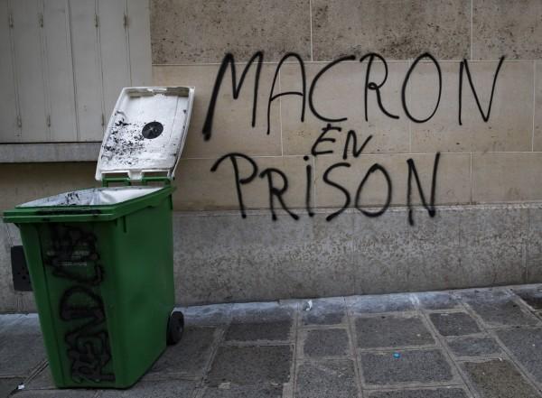 憤怒民眾在牆上噴漆,要求馬克宏入獄。(歐新社)
