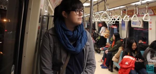 外國背包客到台北旅行時,特地拍了一部「北捷影片」,闡述北捷的便利之處,更直呼北捷感覺十分「奢華」。(圖擷取自YouTube)