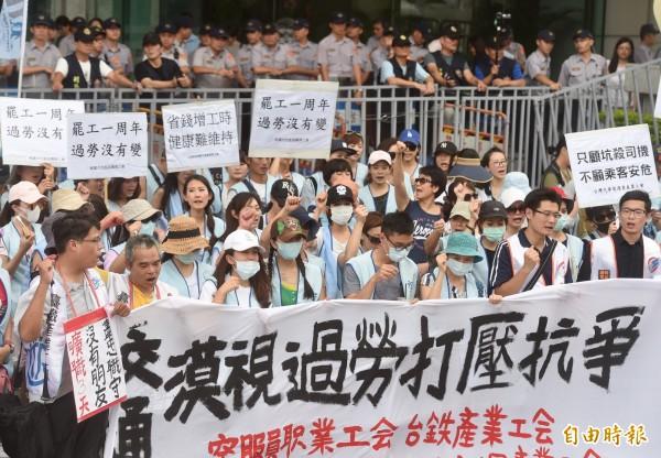 勞動部表示,華航公司任意將工會幹部解雇與調職處分的做法已違反「工會法」,將會依法開罰。(資料照 記者簡榮豐攝)