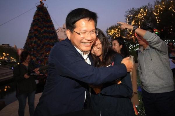 林佳龍面露招牌微笑,與粉絲抱抱、合照。(圖擷取自林佳龍臉書)