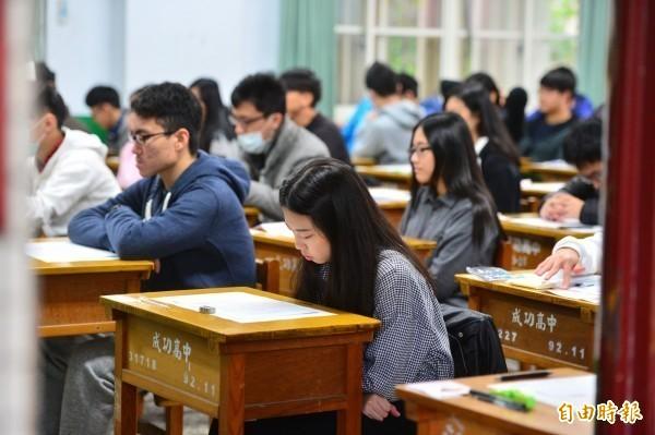 大學入學管道之一「繁星推薦」今天放榜,大學甄選入學委員會統計,共1萬6993個招生名額中,錄取了1萬4859名高中生,錄取率達61.87%,比去年略降0.91%。(資料照)