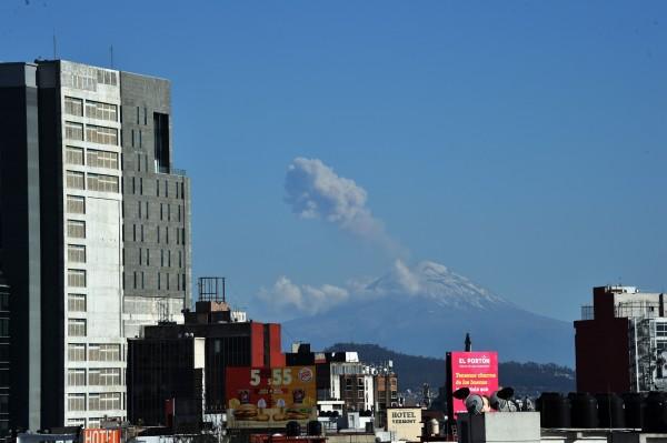 位於墨西哥首都墨西哥市近郊的波波卡特佩特火山(Popocatepetl)於當地時間2日發生火山爆發,大量火山灰直衝天際。(法新社)