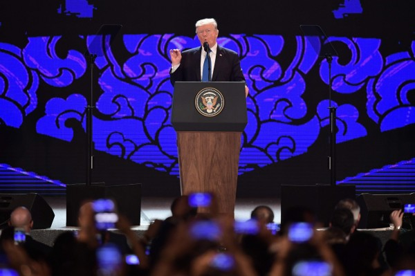 川普於APEC演講中表示,美國願與印太地區任何國家簽署雙邊貿易協定,但將建立在「互相尊重和互惠」之基礎上。(法新社)