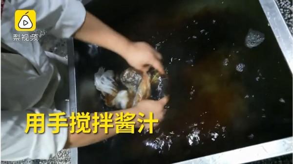 中国安徽合肥的杠岗香食品有限公司,其生产环境恶劣,使用的原物料也不合格,却日产几十万份。(图翻摄自梨视频)