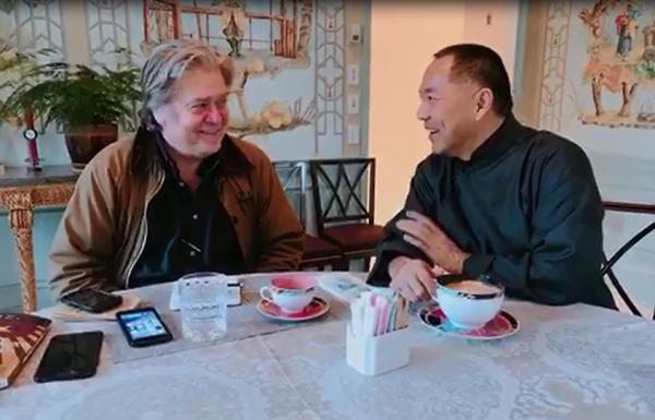 近日,郭文貴曝光班農到訪家中、一同喝咖啡的畫面,顯示2人關係相當密切。(擷自郭媒體網站)