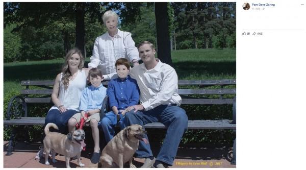 一位網友請了專業攝影師拍全家福後,拿到成品卻發現是「全家臉部崩壞照」。(圖片擷取自Pam Dave Zaring臉書)