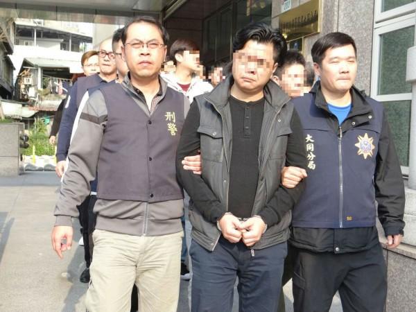 涉嫌暴力討債集團的主嫌許凱弼(前排中)和9名集團成員一併就逮。(記者陳恩惠翻攝)
