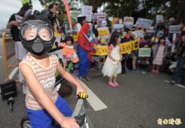 環保團體在台北賓館前舉辦萬聖節不給好空氣就搗蛋記者會,小朋友穿著成各種萬聖節裝扮參加活動。(記者王敏為攝)