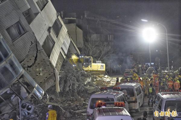 花蓮雲門翠堤大樓現場,在強震後滿目瘡痍。(記者陳志曲攝)
