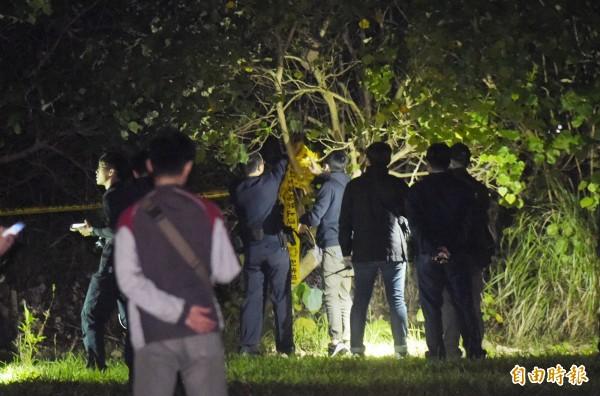 警方今晚間在棄屍地點淡水竹圍捷運站後方附近草叢尋港女遺體。(記者黃耀徵攝)