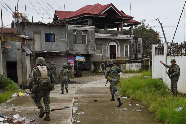 馬拉威反恐戰爭中追剿恐怖份子的政府軍。(法新社)