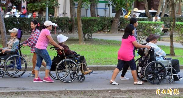 立法院今天上午通過《就業服務法》修正案,未來若能三讀通過,外籍看護工可在台灣做滿3年後,不用離開台灣就可續聘。(資料照,記者王藝菘攝)