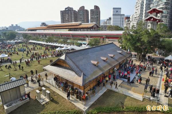 新北投車站1日落成開幕,副市長陳景峻主持剪綵儀式,隨後開放民眾參觀。(記者方賓照攝)
