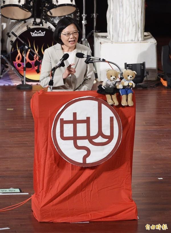 蔡英文總統1日出席中山女高畢業典禮,致詞時勉勵在場畢業生要做個溫柔又有企圖心的人。(記者羅沛德攝)