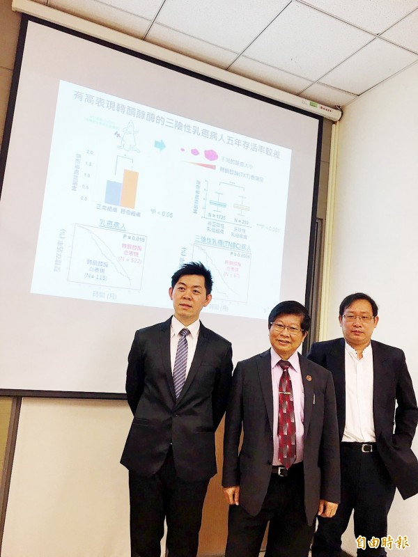 National Health Research Institutes Honorary Fellow and China Medical University vice president Wang Lu-hai, center, poses with colleagues Tseng Chien-wei, left, and Kuo Wen-hung in Taipei yesterday. Photo: Lin Hui-chin, Taipei Times