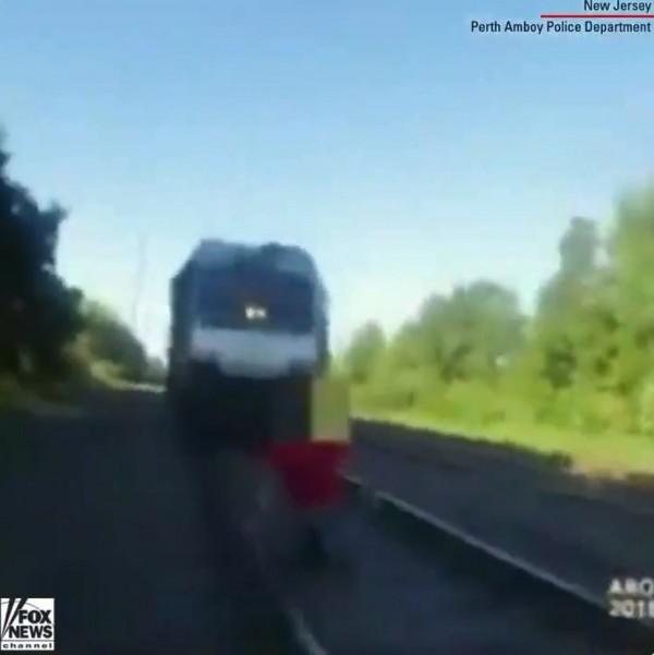 薩沃亞留意到在距離車站月台大約200公尺處的軌道上,有名男子正趴在列車即將經過的軌道上,薩沃亞立刻以跑百米的速度衝向男子,並不斷高聲呼喊,要求男子快躲開。(圖擷自推特)