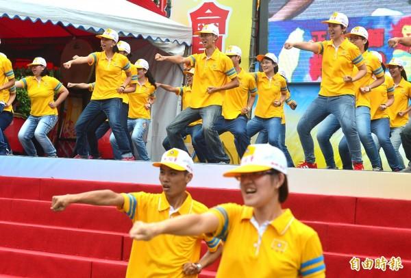 黨歌中的黨操曾被網友諷有「北韓風」,台上表演時,台下民眾也跟著一起跳。(記者王藝菘攝)