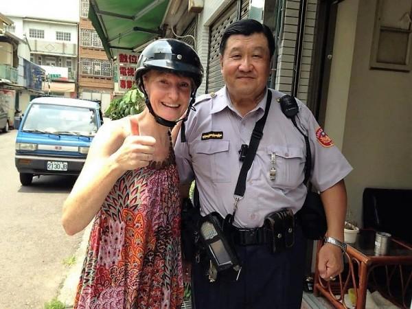 辛懷陸從警時,協助迷路的背包客荷蘭籍女子找到住宿地點。(記者丁偉杰翻攝)