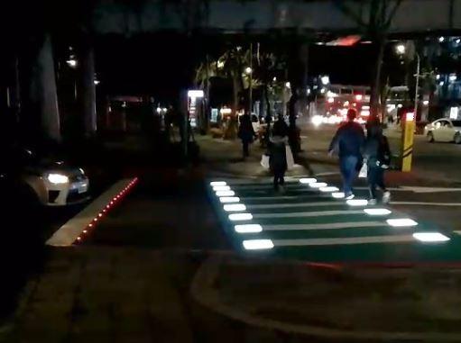 板橋區新府路市民廣場停車場出口處「加強版LED行穿線」。(新北市交通局提供)