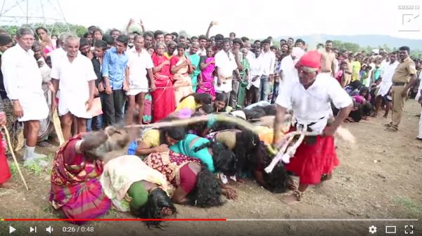 2千少女跪求师父抽鞭子。(取自YouTube)
