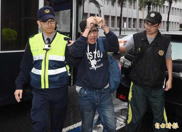 勞團8日晚上無預警突襲台北車站,先後以佔據月台、臥軌的方式癱瘓鐵路交通,警方逮捕臥軌的9女6男勞團人士,上午移送台北地檢署。(記者朱沛雄攝)