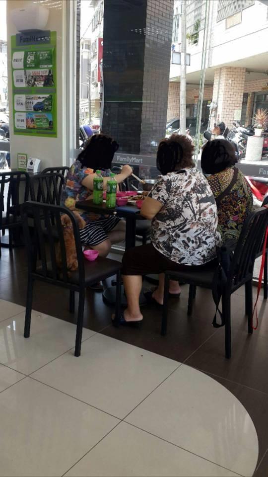 有3名婦人在超商的座位區煮火鍋。(圖擷取自《爆料公社》網站)