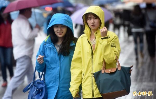 中央氣象局指出,今天(16日)凌晨起華南移入的雲雨增加,北台灣有明顯降雨。(資料照,記者簡榮豐攝)