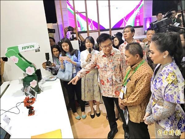 外貿協會今年五月在印尼舉辦台灣形象展,推廣台灣精品。上圖為貿協董事長黃志芳(右三)向印尼海洋事務副部長Safri Burhanuddin(右二)介紹上銀研發的機械手臂。(資料照,記者羅倩宜攝)