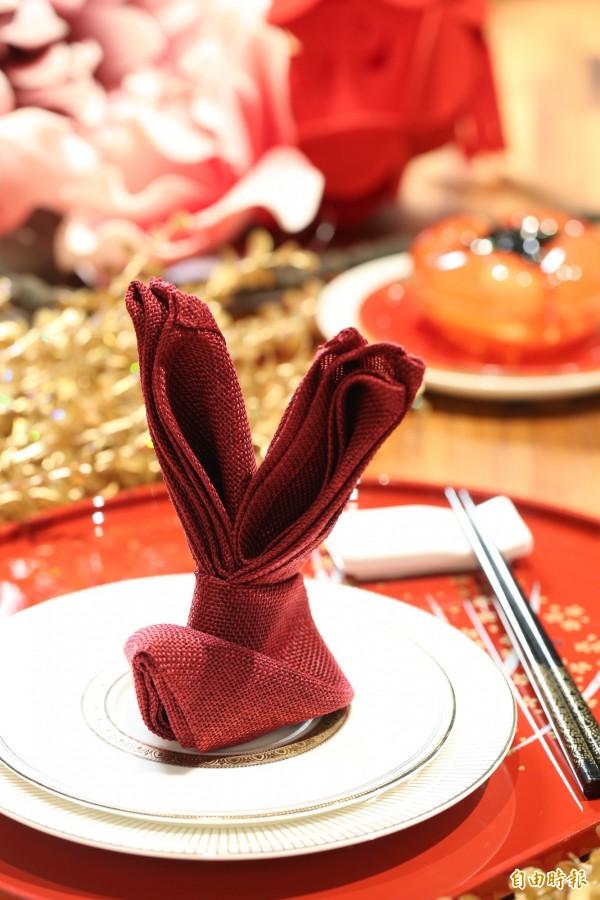 用口布便可以摺出可愛的兔子,過年時摺幾個放在餐桌上,可愛又有趣!(記者沈昱嘉攝)