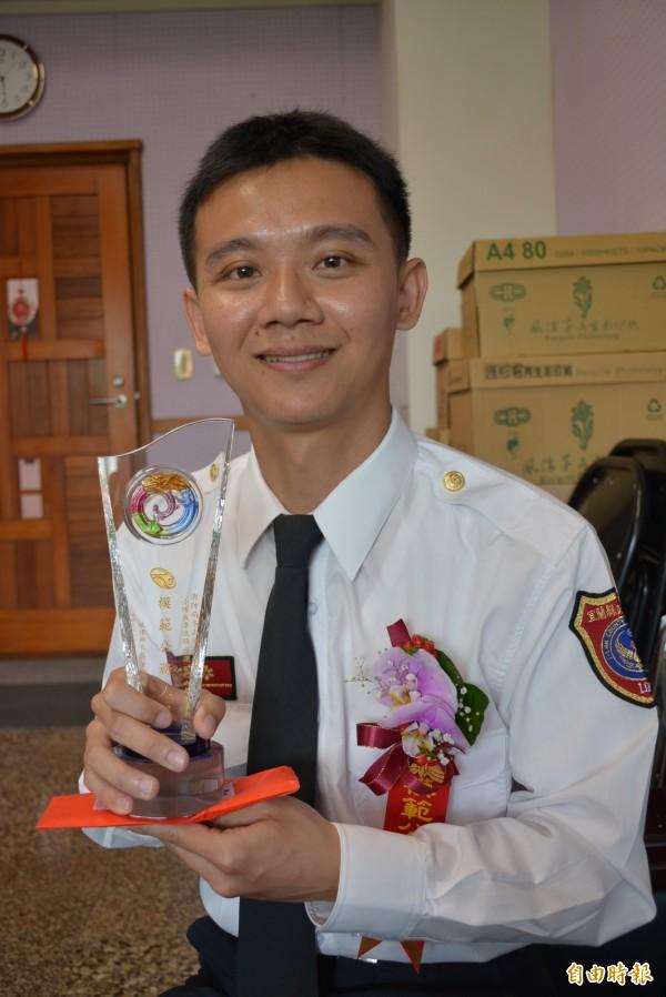 冬山消防分隊小隊長李逸鎮從事救護工作12年,從鬼門關前救回18條性命。(記者游明金攝)