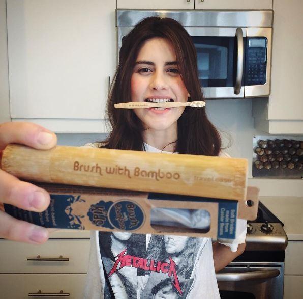 辛格與她的竹製牙刷。(圖擷取自trashisfortossers IG )