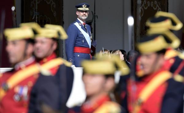 上週罕見干預政治的西班牙國王費利佩(King Felipe)在馬德里主持國慶大遊行。(法新社)