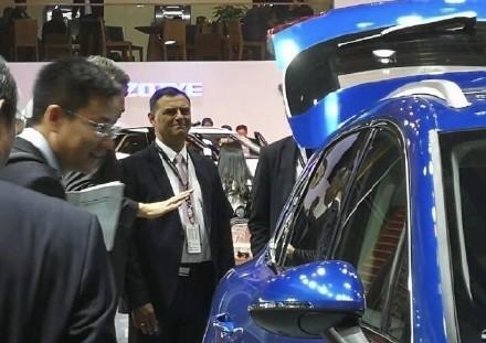 保時捷CEO布盧姆(中)看見自家車款被山寨,表情相當複雜。(圖片擷取自網路)