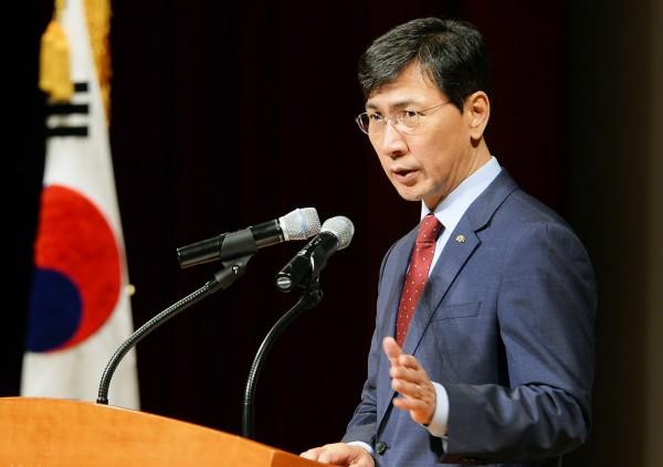 前南韓忠清南道知事安熙正原訂於今日公開露面說明性侵醜聞,卻突然取消記者會。(法新社)