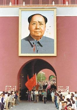 在1989年時,這幅毛澤東畫像曾被3名青年余志堅、喻東嶽和魯德成拿著裝著油漆的雞蛋丟擲,造成汙損。(圖擷取自網路)