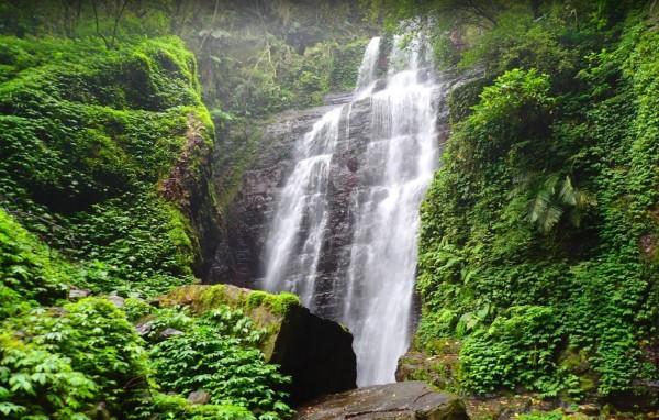 礁溪月眉坑瀑布今傳出遊客失足億外。圖為月眉坑瀑布。(圖擷取自Google街景)