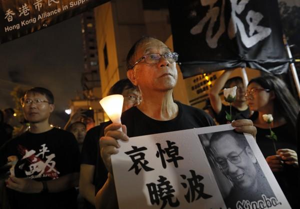 為哀悼中國民主鬥士劉曉波過世,香港支聯會於週六晚間舉行燭光遊行,現場從最初的數百人參加,到最終有逾千人參與。(美聯社)