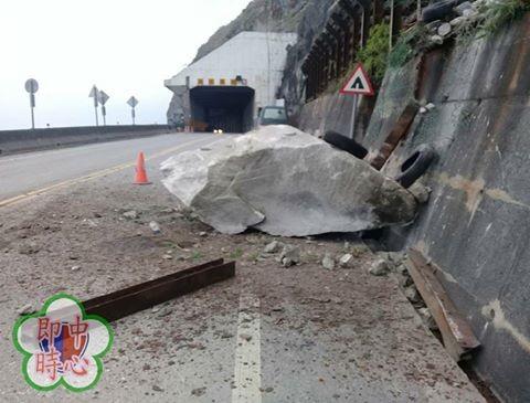 台9線蘇花公路164.5K和平路段稍早發生落石崩落。(圖擷取自臉書粉絲專頁「蘇花公路即時路況」)