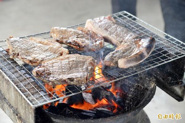 烤豬肉是原住民風味料理中最搶手的美味。(記者許麗娟攝)