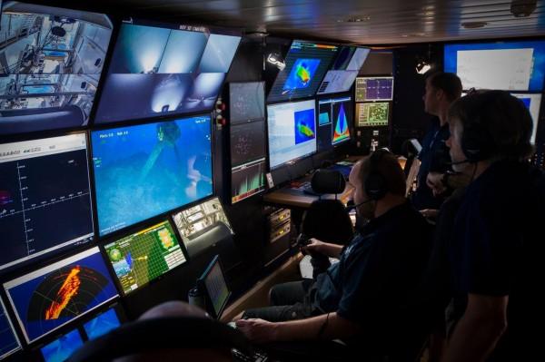 「海燕」號研究團隊在船上遠端遙控水下攝影裝置,成功拍攝到長眠於海峽底部的「山城號」。(圖擷自臉書「RV Petrel」)