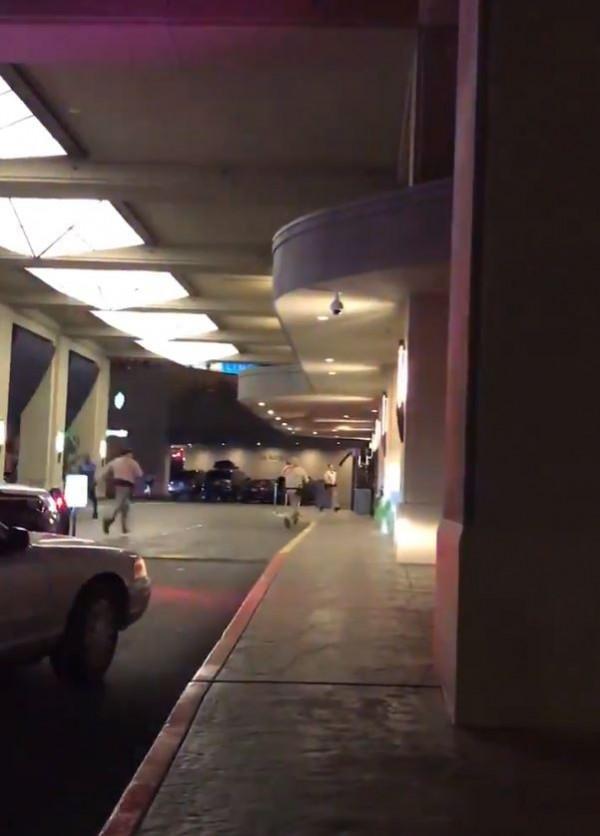 美國拉斯維加斯的威斯汀酒店在今天(6月9日)當地時間凌晨3點驚傳槍聲,由於先前曾發生過狂徒持槍掃射人群的事件讓警方不敢怠慢,連派15輛警車前往戒備。(圖擷取自推特)