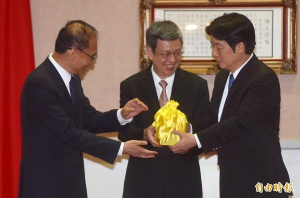 新任行政院長賴清德(右)今天與卸任院長林全(左)交接,由副總統陳建仁(中)監交。(記者簡榮豐攝)