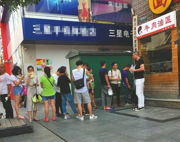 最近中國媒體揭露,四川成都一家小吃店,平均20人排隊中,就有7人是被雇用來的,吸引民眾消費。(圖擷取自微博)