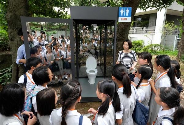 驪住集團打造的透明廁所,邀請小學生到場體驗。(法新社)